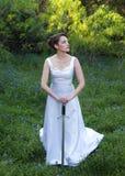 Frau im weißen Kleid mit Klinge Stockfotos