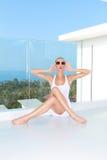 Frau im weißen Kleid und Schatten für Mode-Trieb Stockfotos