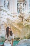 Frau im weißen Kleid vor Trevi-Brunnen in Rom Lizenzfreie Stockbilder