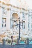 Frau im weißen Kleid vor Trevi-Brunnen in Rom Stockfoto