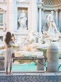 Frau im weißen Kleid vor Trevi-Brunnen in Rom Stockbilder