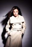 Frau im weißen modernen Mantel lizenzfreie stockbilder