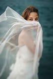 Frau im weißen nahen stürmischen Meer Stockbild