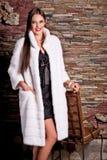 Frau im weißen Pelz-Luxusmantel stockfotos
