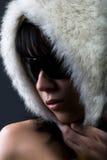 Frau im weißen Pelzhut Stockfotografie