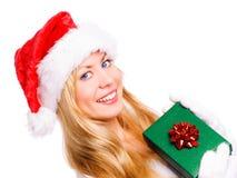 Frau im Weihnachten kleidet die vorhandene Holding Lizenzfreies Stockfoto
