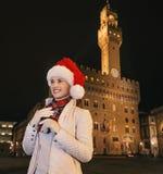 Frau im Weihnachtshut in Florenz, das Abstand untersucht Lizenzfreie Stockfotografie