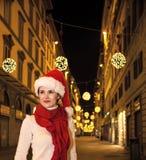 Frau im Weihnachtshut in Florenz, das den Abstand untersucht Lizenzfreies Stockbild