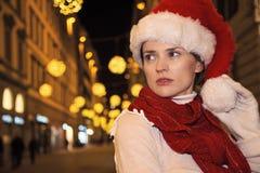 Frau im Weihnachtshut in Florenz, Italien, das Abstand untersucht Stockbild