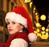 Frau im Weihnachtshut in Florenz, Italien, das Abstand untersucht Stockfotografie