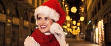 Frau im Weihnachtshut in Florenz, Italien, das Abstand untersucht Lizenzfreies Stockbild