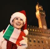 Frau im Weihnachtshut mit der italienischen Flagge, die Abstand untersucht Stockfotos