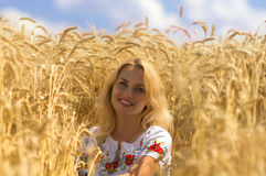 Frau im Weizen Lizenzfreie Stockbilder