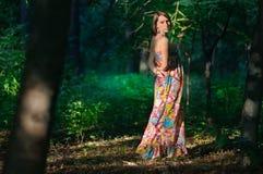 Frau im wilden grünen Wald Stockfotografie
