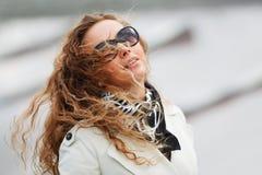 Frau im Wind Stockbilder
