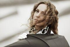 Frau im Wind Stockfotografie