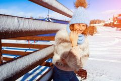Frau im Winter stockfotos