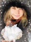 Frau im Winterhut und Handschuhe mit Schneeflocken Stockbilder
