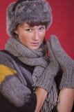 Frau im Winterhut und -handschuhen Lizenzfreie Stockbilder