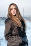 Frau im Wintermantel draußen Lizenzfreie Stockfotos
