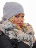 Frau im Wintermantel und -hut Stockbild