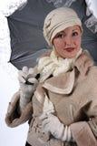Frau im Winterpelz mit Regenschirm Lizenzfreies Stockfoto