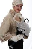 Frau im Winterpelz mit Regenschirm Stockbilder