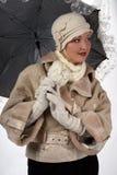 Frau im Winterpelz mit Regenschirm Lizenzfreie Stockfotos
