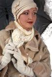 Frau im Winterpelz mit Regenschirm Lizenzfreie Stockfotografie