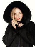 Frau im Winterpelzmantel Lizenzfreie Stockfotos