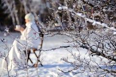 Frau im Winterwald Stockfotografie