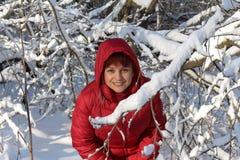 Frau im Winterwald Stockbilder
