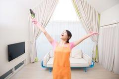 Frau im Wohnzimmer Lizenzfreie Stockbilder