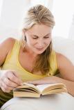 Frau im Wohnzimmerlesebuch Lizenzfreies Stockfoto
