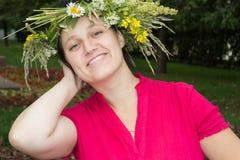 Frau im Wreath der Blumen Lizenzfreie Stockfotografie