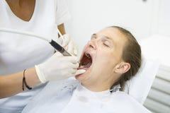 Frau im Zahnarztbüro Lizenzfreie Stockfotos