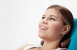 Frau im Zahnarztstuhl Stockfoto