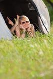 Frau im Zelt Stockbild