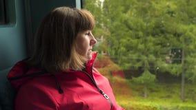 Frau im Zug am Fenster stock video