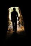Frau innerhalb der Höhle Lizenzfreies Stockfoto