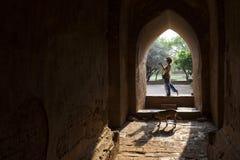 Frau innerhalb Dhammayangyi-Pagode, Bagan, Myanmar Stockbilder