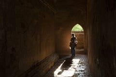 Frau innerhalb Dhammayangyi-Pagode, Bagan, Myanmar Stockfotografie
