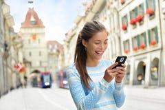 Frau am intelligenten Telefon in Bern Switzerland Lizenzfreie Stockfotografie