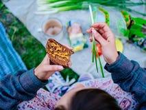 Frau isst in der Natur zu Mittag Vegetarisches Mittagessen, Picknick, Draufsicht lizenzfreies stockbild