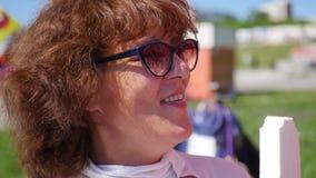 Frau isst Eiscreme im Park Lebensmittel im Freien Stockfotos