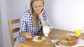 Frau isst Frühstück und aufpassendes Fernsehen stock video footage