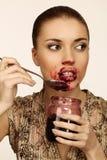 Frau isst Marmelade stockbild