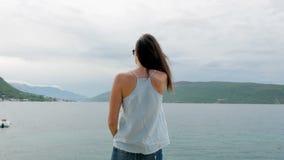 Frau ist auf dem Ufer stock video footage