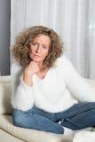 Frau ist, die sorgfältig hören Lizenzfreie Stockfotografie