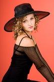 Frau ist in einem Hut stockbilder